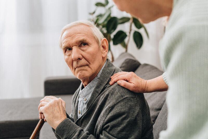 bejaarde man hand op de schouder
