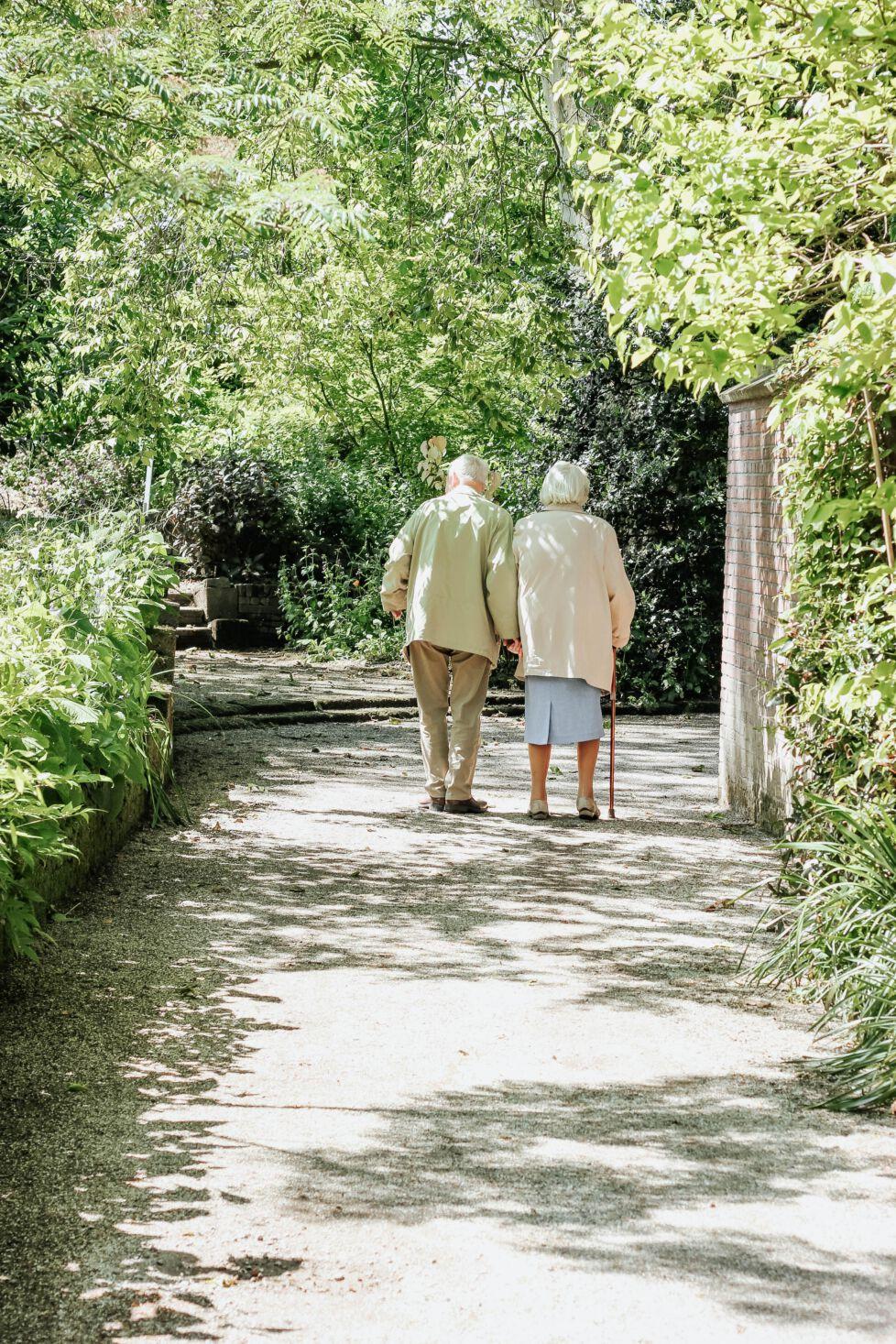 twee oudere mensen aan het wandelen